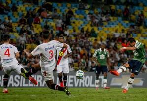 Vinícius no momento do chute salvador: depois de muito insistir, o Fluminense enfim conseguia marcar seu gol contra o Joinville Foto: Pedro Kirillos / Agência O Globo