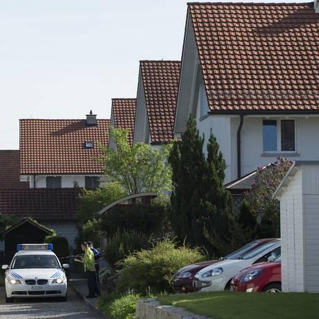 Polícia bloqueou o caminho e a entrada de uma casa em Wuerenlingen Foto: Anthony Anex / AP