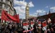 Manifestantes protestaram contra o governo conservador em Londres, após vitória do partido do premier David Cameron