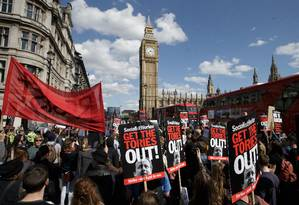 Manifestantes protestaram contra o governo conservador em Londres, após vitória do partido do premier David Cameron Foto: Tim Ireland / AP