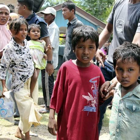 Crianças rohingyas aguardam para serem levadas a um abrigo temporário em Seunuddon, na província de Aceh, na Indonésia Foto: S. Yulinnas / AP
