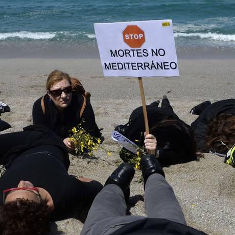 Manifestantes vestidos de preto participam de um protesto contra as políticas europeias de imigração na praia de Riazor, em La Coruña, no noroeste da Espanha, Foto: MIGUEL RIOPA / AFP