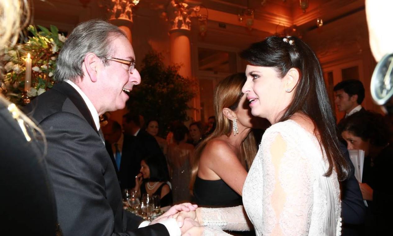 Eduardo Cunha cumprimenta a noiva Claudia Cozer Foto: Cissa Sannomiya Fotografia