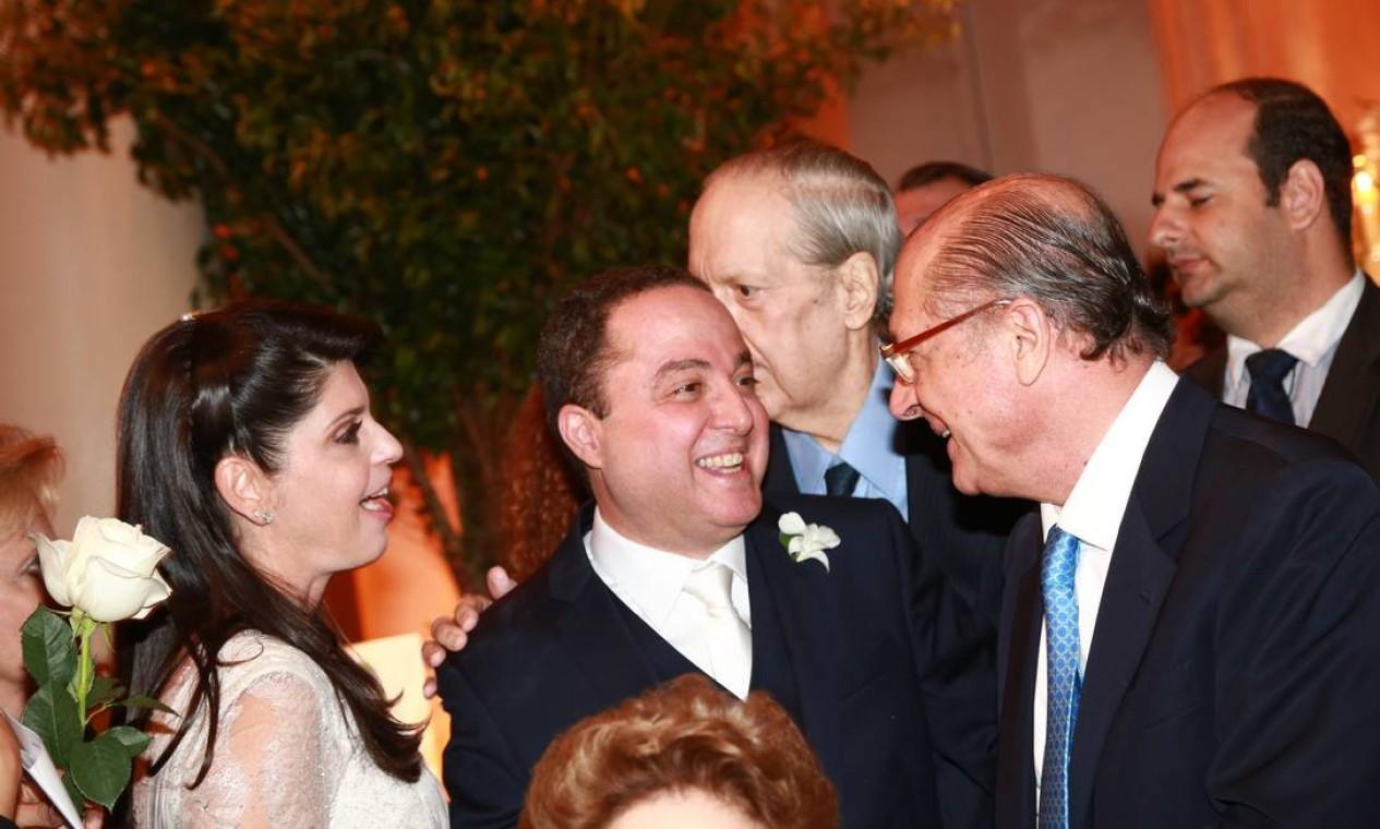 O cardiologista Roberto Kalil recebe os cumprimentos do governador paulista Geraldo Alckmin Foto: Cissa Sannomiya Fotografia