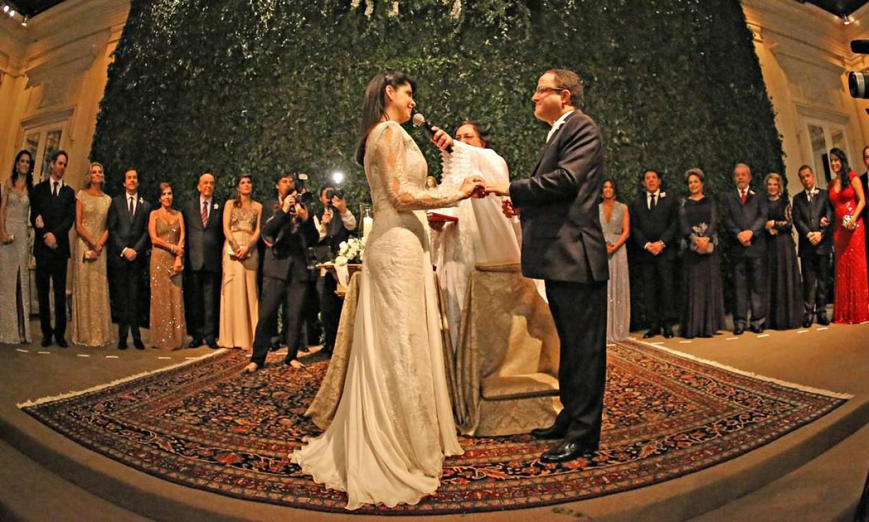 Noivos celebram casamento cercados pelos padrinhos. Entre eles, Dilma, Lula e José Serra Foto: RICARDO STUCKERT