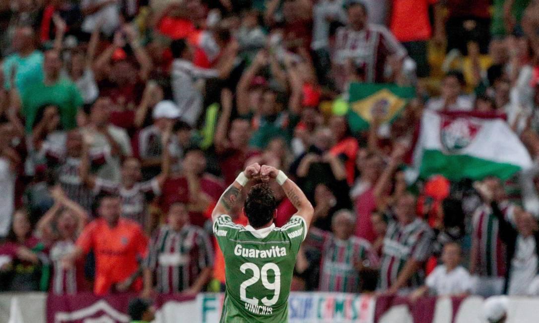 Vinícius comemora com a torcida tricolor o gol que marcou aos 43 minutos do 2º tempo no 1 a 0 do Fluminense sobre o Joinville Pedro Kirilos / Agência O Globo