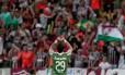 Vinícius comemora com a torcida tricolor o gol que marcou aos 43 minutos do 2º tempo no 1 a 0 do Fluminense sobre o Joinville