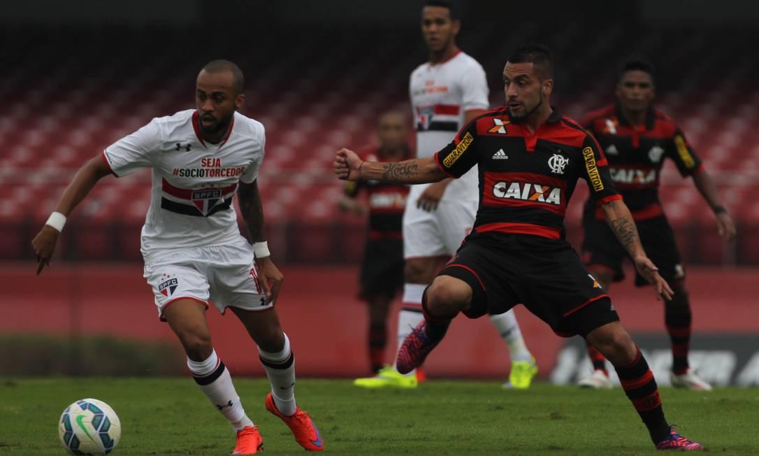 Wesley tenta o drible para cima de Canteros, em lance no meio de campo. São Paulo x Flamengo é o primeiro duelo entre paulistas e cariocas no Brasileirão de 2015 Michel Filho / Agência O Globo