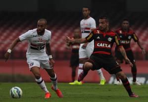 Wesley tenta o drible para cima de Canteros, em lance no meio de campo. São Paulo x Flamengo é o primeiro duelo entre paulistas e cariocas no Brasileirão de 2015 Foto: Michel Filho / Agência O Globo
