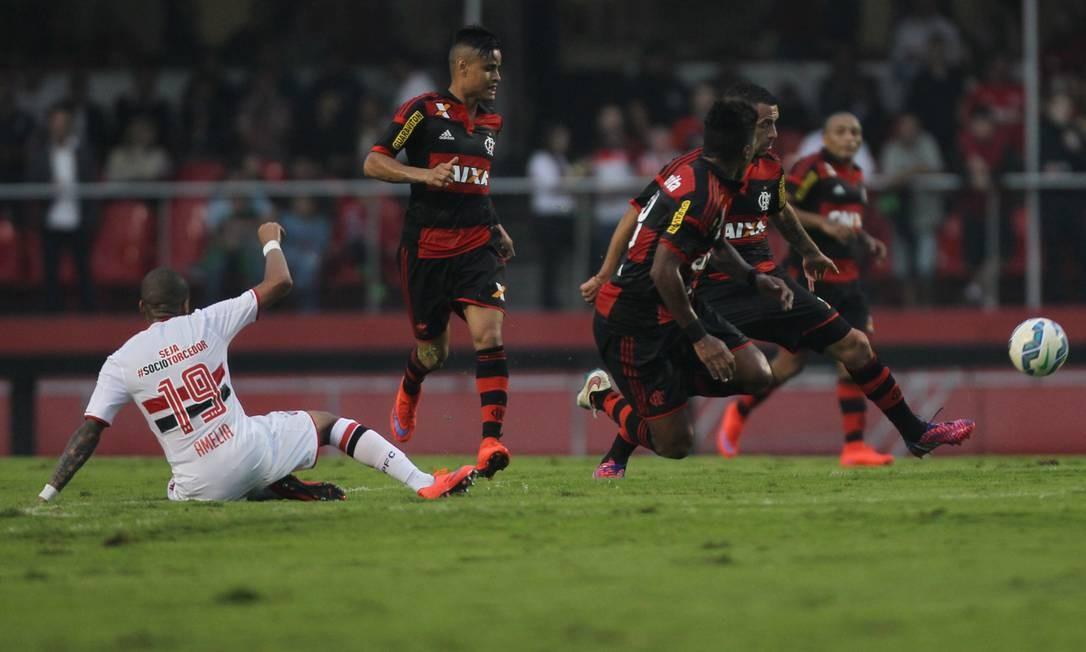 Wesley (19), no chão, assiste ao trabalho dos jogadores do Flamengo no campo de ataque do São Paulo Michel Filho / Agência O Globo