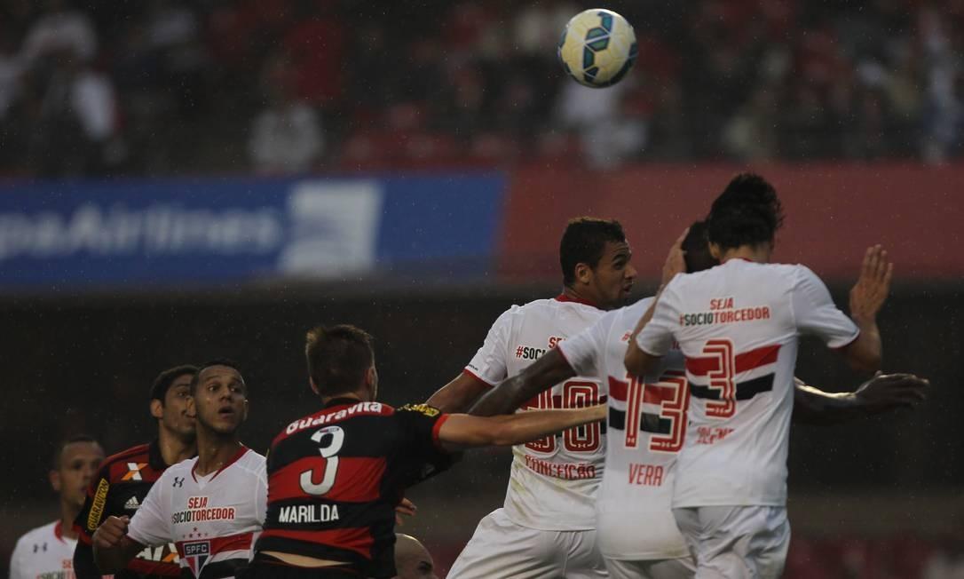 Bola na área do Flamengo, o ataque do São Paulo e a defesa rubro-negra disputam a jogada no alto Michel Filho / Agência O Globo