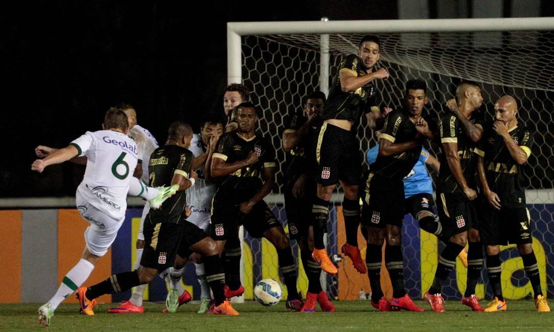 Falta perigosa para o Goiás, perto da área do Vasco, mas a bola fica na barreira Pedro Kirilos / Agência O Globo