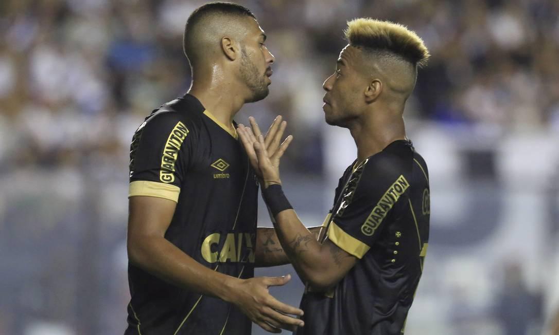 O lateral Christianno e o meia-atacante Rafael Silva, do Vasco, conversam após um lance na área do Goiás Nina Lima / Agência O Globo