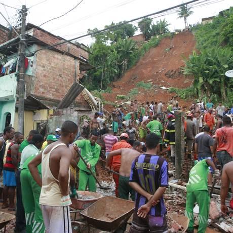 Deslizamento de terra na região da Baixa do Fiscal, em Salvador Foto: Mila Cardeiro / Agência A Tarde