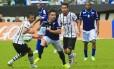 William tenta a jogada pelo Cruzeiro na derrota para o Corinthians na estreia dos dois times no Campeonato Brasileiro