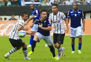 William tenta a jogada pelo Cruzeiro na derrota para o Corinthians na estreia dos dois times no Campeonato Brasileiro Foto: Fablício Rodrigues / Lightpress