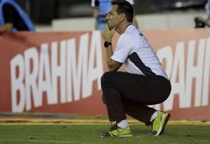 O Técnico Doriva se agacha, como sempre faz, para observar o Vasco em campo Foto: Nina Lima / Agência O Globo
