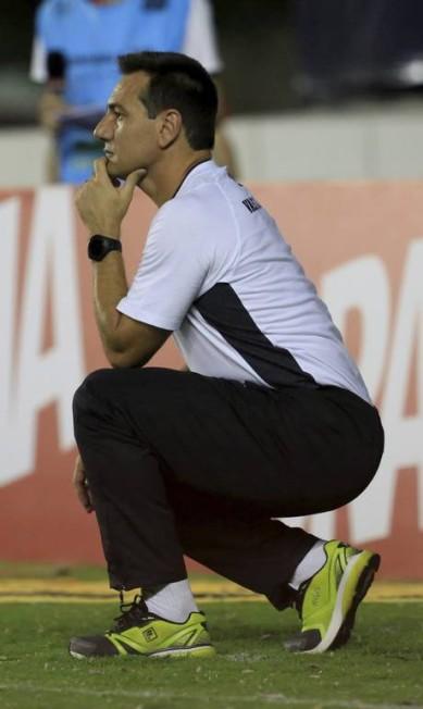 O Técnico Doriva se agacha, como sempre faz, para observar o Vasco em campo Nina Lima / Agência O Globo