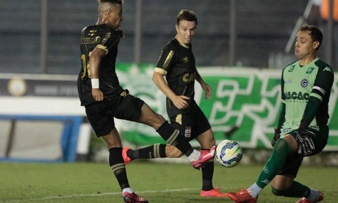 Rafael Silva perde gol para o Vasco diante do goleiro Renan, do Goiás Pedro Kirilos / Agência O Globo