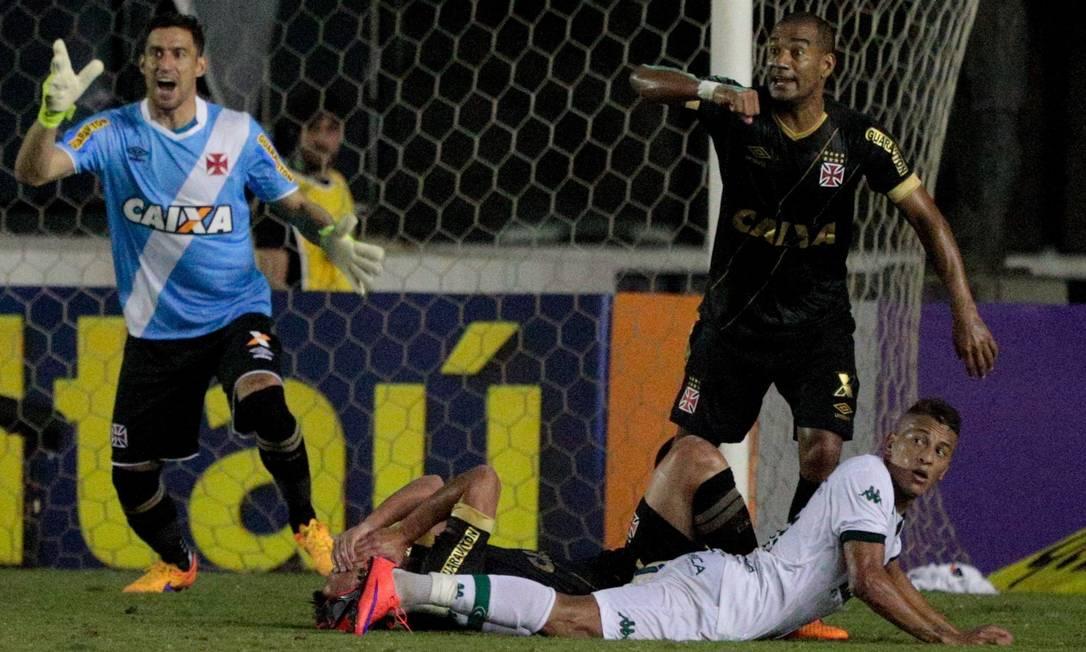 Na área do Vasco, o goleiro Martin Silva e o zagueiro Rodrigo reclamam de falta do ataque do Goiás Pedro Kirilos / Agência O Globo
