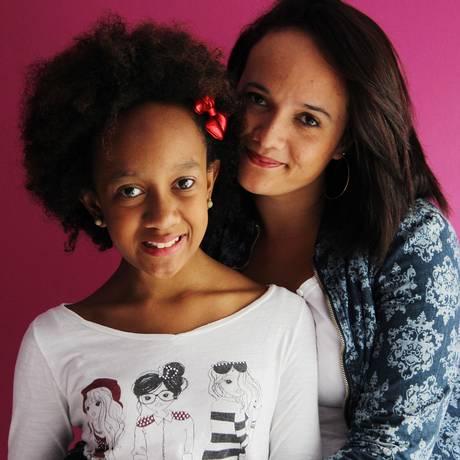 Lorena, de 12 anos, vítima de racismo na escola, ao lado da mãe Camila dos Santos Reis: um mês depois, feliz com a turma e os cabelos novos Foto: Michel Filho