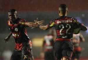 Marcelo Cirino e Éverton (22) se cumprimentam após gol de pênalti no Flamengo na derrota para o São Paulo por 2 a 1 no Morumbi Foto: Michel Filho / Agência O Globo