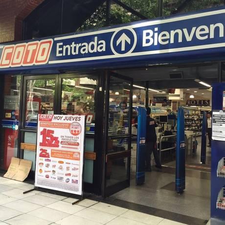 Promoções. Consumidores deixam os supermercados para buscar alimentos mais baratos em distribuidoras Foto: Janaína Figueiredo / janaína figueiredo