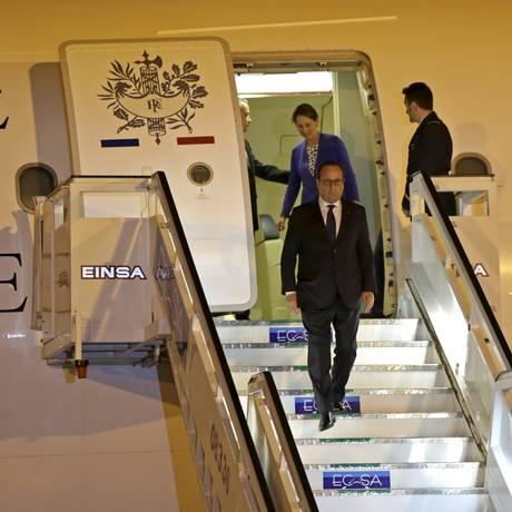 O presidente da França, François Hollande, desembarca no aeroporto internacional Jose Marti, em Havana Foto: Enrique de la Osa / Reuters