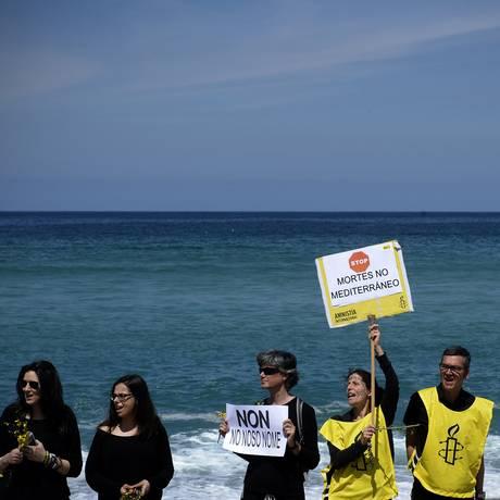 Manifestantes protestam contra política migratória europeia na praia de Riazor, em La Coruña, na Espanha Foto: MIGUEL RIOPA / AFP