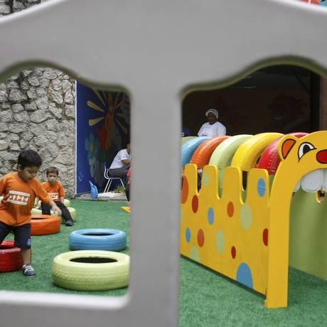 Alunos brincam no parque da entrada da escola. Unidade foi instalada em prédio anexo ao Sesc, no Centro Foto: Luiz Ackermann