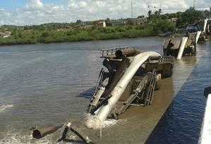 Ponte sobre o rio Cotinguiba desabou sobre tubulações de água em Aracaju Foto: Defesa Civil