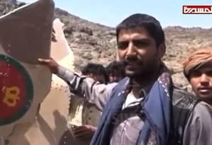 Imagens da TV rebeldes al-Masira mostra houthis com suposto caça abatido Foto: AFP