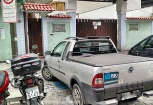 Com adesivo da prefeitura, carro para em vaga destinada a portadores de deficiência física Foto: Leitor Ronaldo Câmara / Eu-Repórter