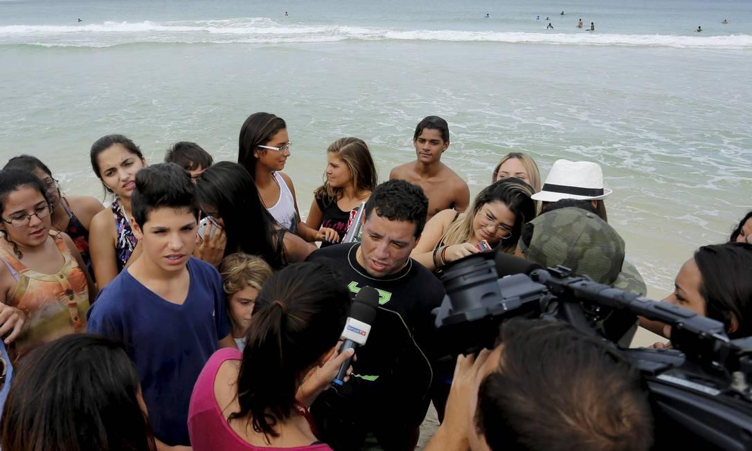 Durante o treino, Mineirinho foi muito assediado pela imprensa e pelos fãs Marcelo Piu / O Globo