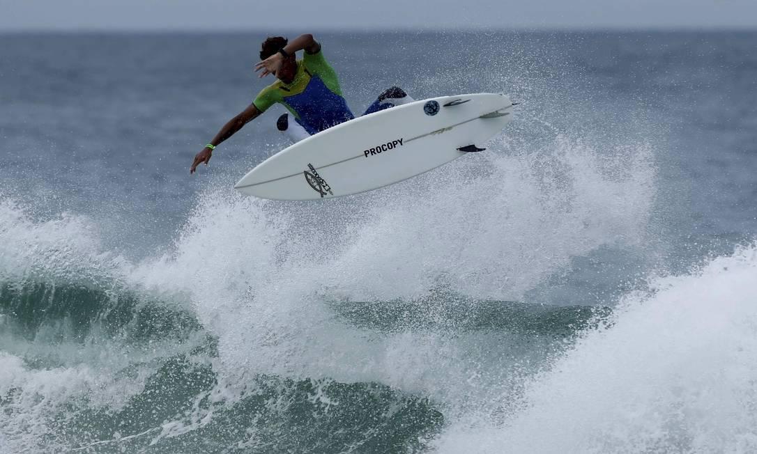 Enquanto o campeonato não começa, um surfista aproveita as ondas da Barra Marcelo Piu / O Globo