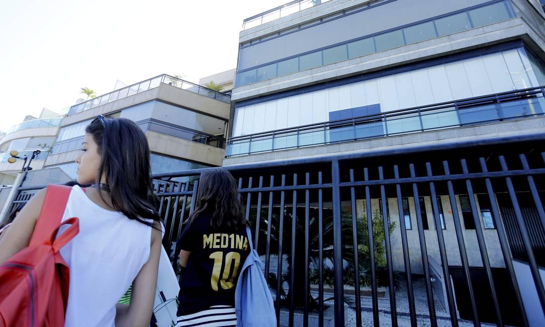 O campeão mundial Gabriel Medina não foi para a água, mas as suas fãs marcaram presença na porta do prédio em que o paulista está hospedado Marcelo Piu / O Globo