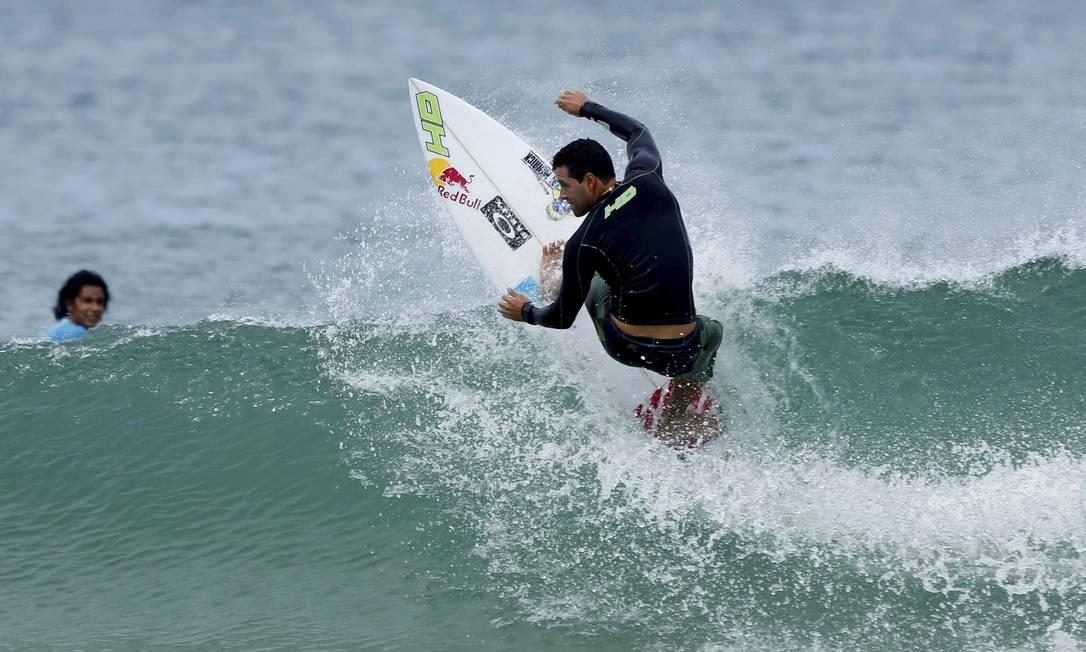 Líder do ranking, Adriano de Souza aproveitou o tempo livre para treinar nas ondas do Postinho, na Barra da Tijuca Marcelo Piu / O Globo