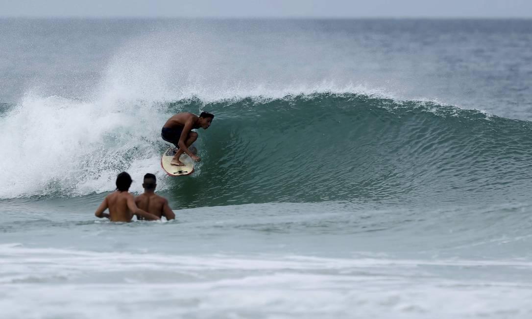Outro surfista pega um tubo na praia da Barra Marcelo Piu / O Globo