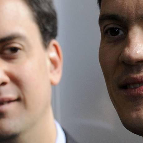 Ed e David Miliband: irmãos e críticos Foto: Toby Melville / Reuters