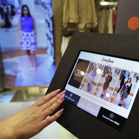 Computador com tela sensível ao toque para escolher a imagem que será exibida no espelho inteligente Foto: Eric Risberg / AP