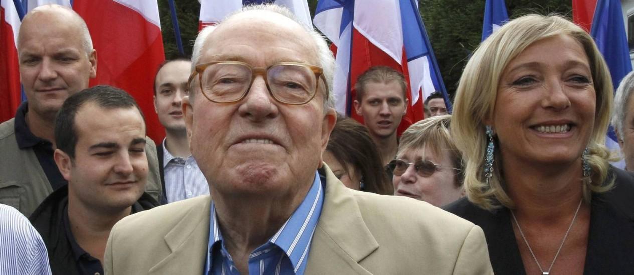 Jean-Marie Le Pen, ao lado de Marine, em 2010. Afastado da Frente Nacional, líder da extrema-direita francesa anunciou criação de novo movimento, mas afirmou que formação política não competirá com o antigo partido Foto: PASCAL ROSSIGNOL / REUTERS