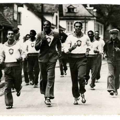 Foto: A seleção treina em Estrasburgo na véspera da estreia, e Everardo Lopes (de terno à direita), envia / Arquivo