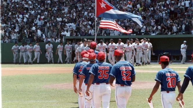 Equipe nacional de beisebol de Cuba durante jogo contra os Baltimore Orioles em 1999. Cerca de 300 jogadores cubanos desertaram ou tentaram fugir desde 1991 Foto: ANGEL FRANCO / NYT