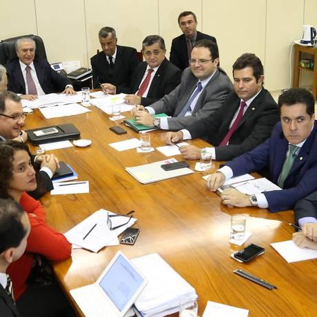 Temer preside reunião de lideres dos partidos da base com os ministros Padilha, Levy, Berzoini, Barbosa, Gabas Foto: Ailton de Freitas / Agência O Globo