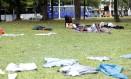 Moradores de rua dormem e deixam suas roupas num dos gramados do Aterro do Flamengo, perto do Museu de Arte Moderna Foto: Fabio Rossi / Agência O Globo