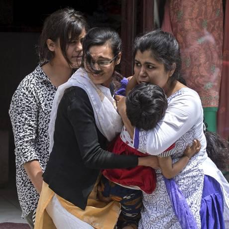 Moradores são retirados de loja durante terremoto no centro de Kathmandu Foto: ATHIT PERAWONGMETHA / REUTERS