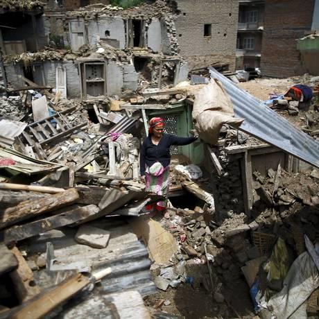 Na cidade de Sankhu, mulher é vista no meio de escombros após terremoto Foto: NAVESH CHITRAKAR / REUTERS