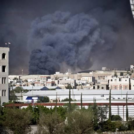 A fumaça dos bombardeios escurece o céu de Sanaa Foto: Hani Mohammed / AP