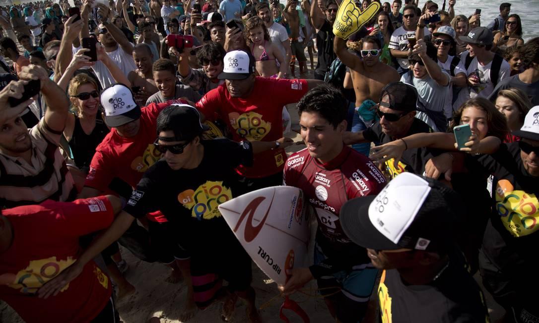 Medina foi muito assediado pelos fãs que foram até a Barra prestigiar o evento Guito Moreto / O Globo