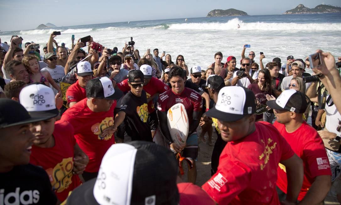 Medina tenta passar pelos torcedores na Barra Guito Moreto / O Globo